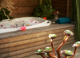 Komandoo Maldives - plážová vila s jacuzzi