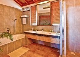 Reethi Beach resort - koupelna ve vodní vile