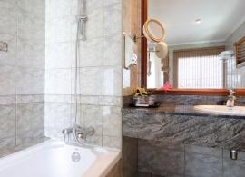 Sun Island resort - koupelna ve vodním bungalovu