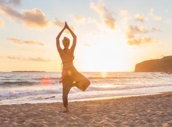 joga v Indii na pláži