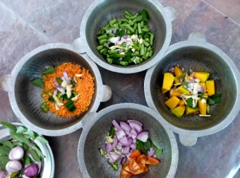Příprava rice and curry Srí Lanka